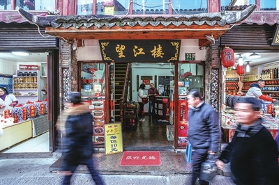 扎肉的粽叶,稻草是薛斌从浙江千岛湖寻得的,一块块稻草包裹着浓油赤酱